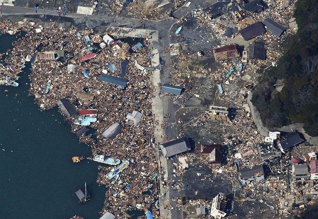 Szczątki porwane przez tsunami dryfują w pobliżu portu na wyspie Izushima w Japonii