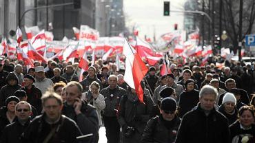 Pochód polityków i sympatyków PiS idący spod Sali Kongresowej w Warszawie