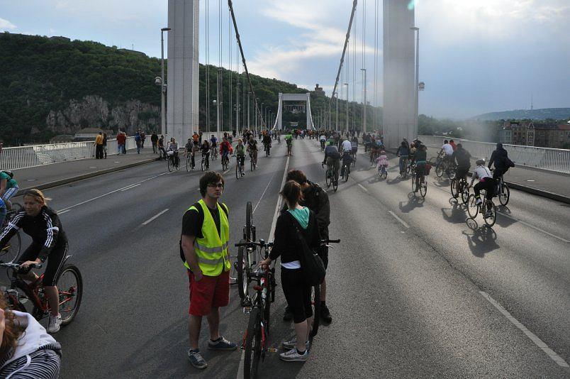 Masa w Budapeszcie na moście Eszebed Hid.