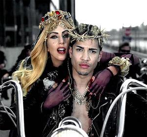 Screen z teledysku Lady Gagi do utworu Judas