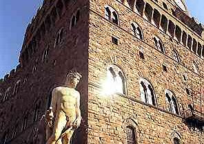 Przed charakterystycznym, miodowym Palazzo Vecchio, odwiecznym ratuszem Florencji, jest fontanna z posągiem Neptuna, symbolem morskiej potęgi miasta