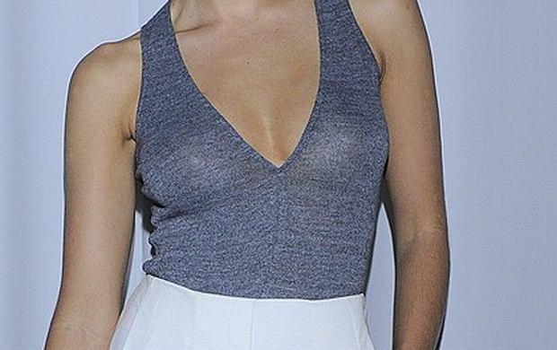 Podczas gali Fashion Designer Awards 2011 znana polska aktorka pojawiła się w pięknie zestawionej kreacji. Przy okazji delikatnie odsłoniła swój biust. O kim mowa?