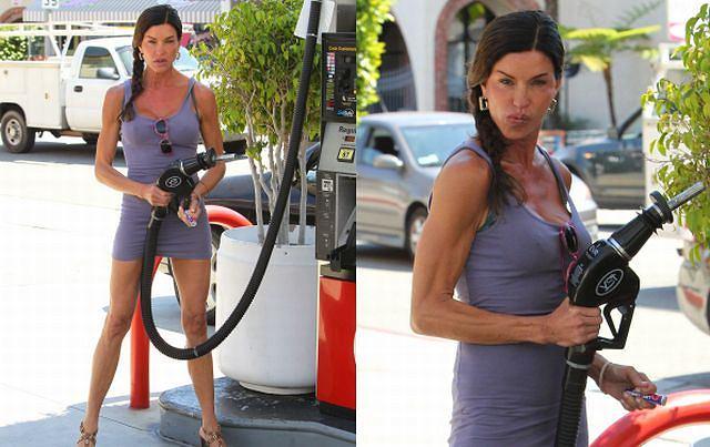 Janice Dickinson to 56-letnia amerykańska modelka i aktorka. Naszą uwagę zwróciła, gdy zobaczyliśmy jej zdjęcia na stacji benzynowej. Tankowanie samochodu może być sexy? Janice Dickinson uważa, że tak. Przy okazji poszukiwania informacji o modelce, dowiedzieliśmy się, że ma polskie pochodzenie po matce Jennie Pietrzykoski.
