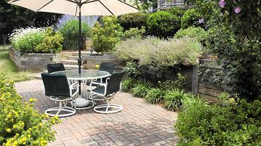 Parasol ogrodowy. Sprawdza się na tarasie, balkonie i każdym zakątku ogrodu. Jego zaletą jest możliwość przestawiania, ale im większy parasol, tym większą musi mieć podstawę mocującą