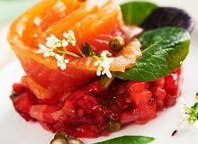 Marynowany łosoś z salsą z truskawek z zielonym pieprzem wg Widomskiego - ugotuj