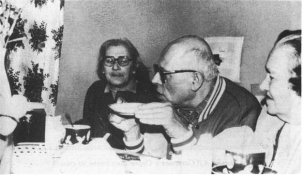 Jelena Bonner z Andriejem Sacharowem i prawniczką rosyjskich dysydentów Zofią Kalistratową. Zdjęcie z 1986 roku