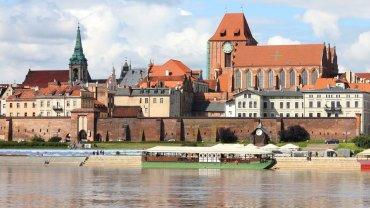 Średniowieczny zespół miejski Torunia. Toruń założony został przez Zakon Krzyżacki w XIII wieku. Średniowieczny zespół miejski Torunia uważany jest za jeden z najwspanialszych na świecie zespołów architektury gotyckiej. Cudownie się spaceruje po klimatycznych ulicach Torunia zamkniętych w obrębie dawnych murów miejskich.