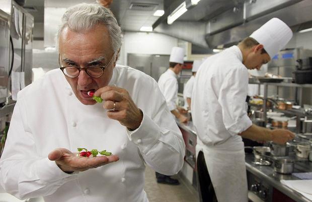 Szef kuchni Alain Ducasse jest odpowiedzialny za menu na książęcym ślubie, więc osobiście sprawdza każdy owoc i warzywo, by nie zdarzyła się żadna wpadka.