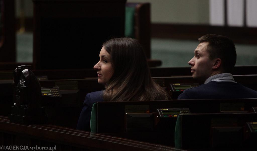 Karolina i Tomasz Elbanowscy przekazują podpisy złożone pod projektem obywatelskim