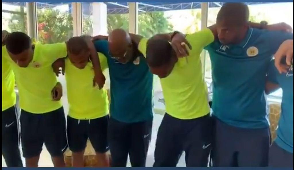 Modlitwa piłkarzy Curacao po śmierci bramkarza Jairzinho Pietera