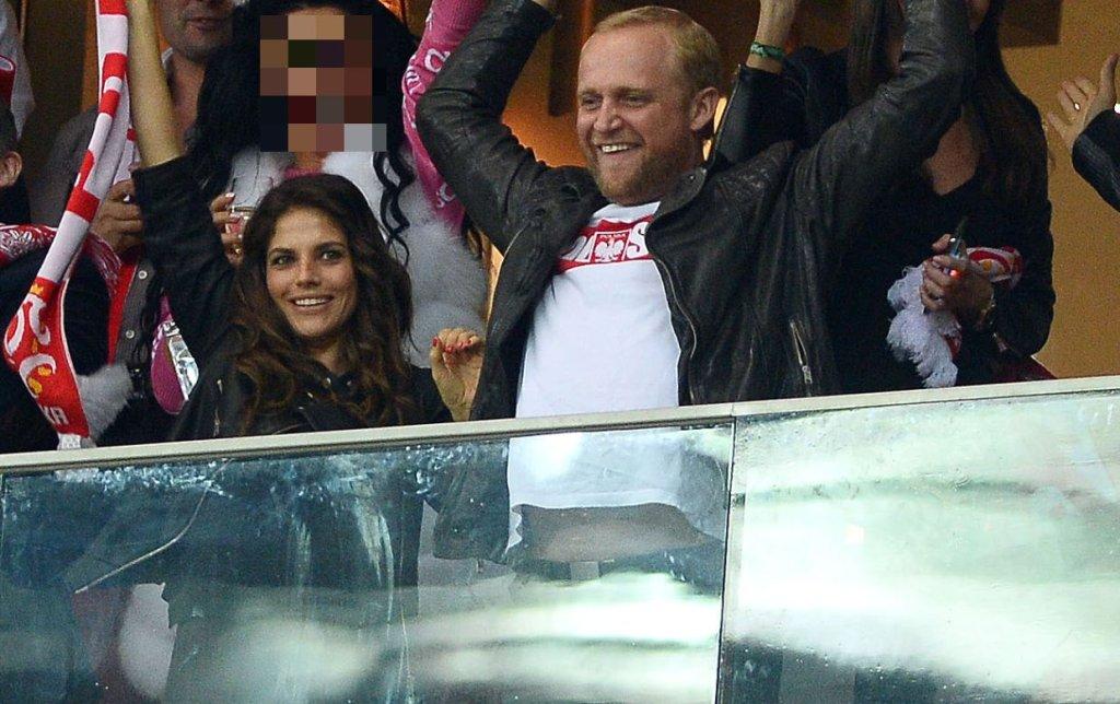 Wtorkowy mecz Polska-Szkocja do czerwoności rozgrzał wszystkich Polaków. Jak wielkie emocje przeżywali ci, którzy starcie oglądali na żywo, można sobie uświadomić oglądając zdjęcia Piotra Adamczyka i Weroniki Rosati, którzy razem kibicowali Biało-Czerwonym na Stadionie Narodowym. Para po strzelonej bramce rzuciła się sobie w ramiona. Nie szczędzili sobie czułości i pocałunków, jakich do tej pory nigdy publicznie nie sobie nie okazywali. Mimo że oboje mają za sobą dość burzliwą historię związków, nigdy i z nikim nie dali się