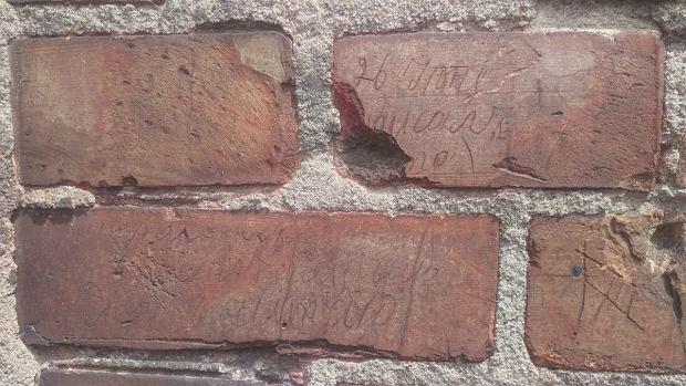 Napisy na murze