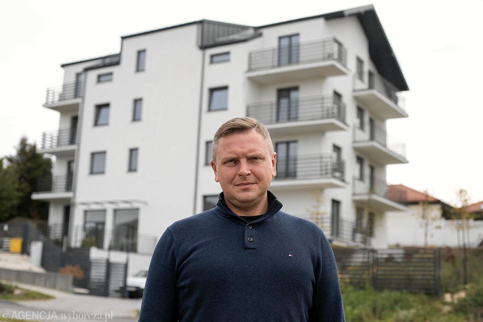 Lublin. Pokrzywdzony klient firmy deweloperskiej Rafał Cioch. W tle blok przy ul. Trześniowskiej 43