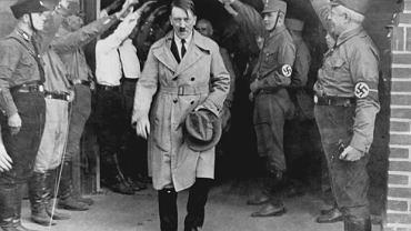 Luty 1935, członkowie NSDAP salutują Hitlerowi.