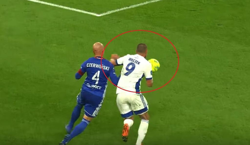 Kamil Wilczek zagrał piłkę ręką