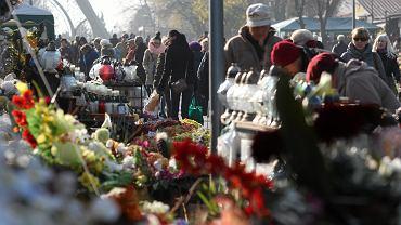 Wszystkich Świętych 1 listopada. Czy będzie niebezpiecznie na cmentarzach z powodu tłumów?