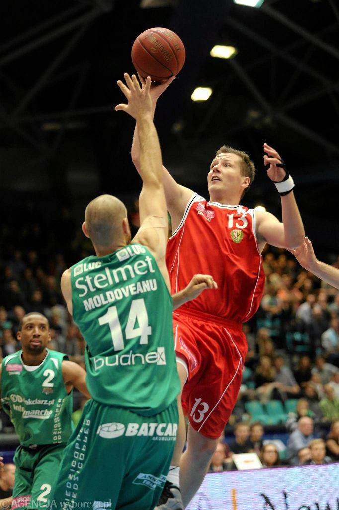 Śląsk w tym sezonie nie wygrał żadnego ligowego meczu we własnej hali. Na zdjęciu Kamil Chanas (z prawej)