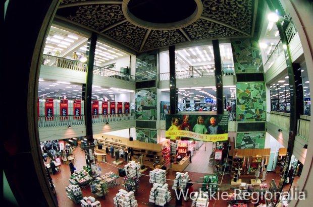Wnętrze domu towarowego PDT Wola (2001 r). Wł. Lucjan Wojtowicz