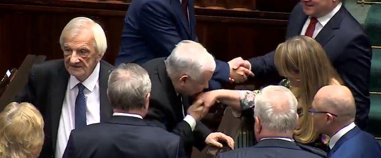 Kaczyński pocałował w rękę posłankę KO. Wiemy, co jej podpisał
