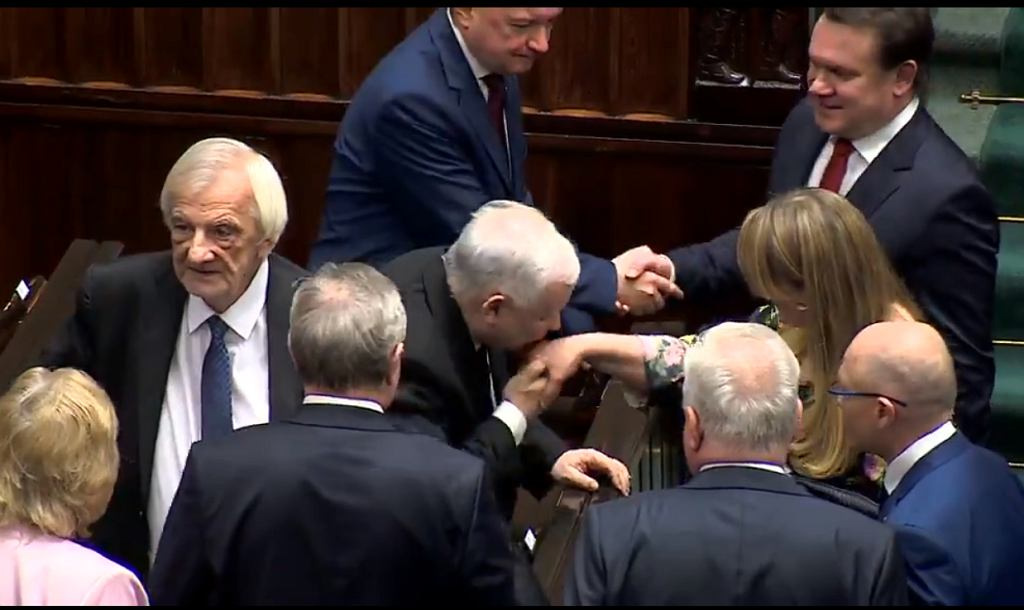 Jarosław Kaczyński całuje w rękę posłankę KO Katarzynę Piekarską