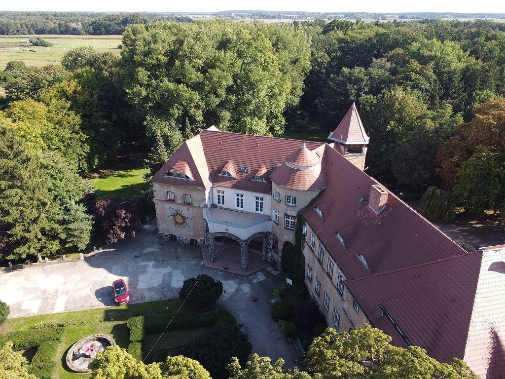 Młodzieżowy Ośrodek Wychowawczy w Renicach mieści się w dawnym pałacu