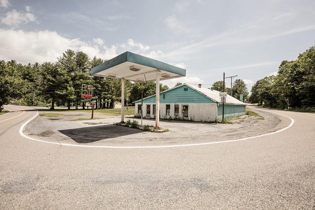 <b>Seria zdjęć jest dowodem tego, co dzieje się z małymi punktami przy lokalnych drogach, jeśli w pobliżu zbudowana zostaje nowoczesna autostrada.</b><br><br> Autorem fotografii jest mieszkający na co dzień w Monachium Robert Götzfried. Zdjęcia opuszczonych stacji benzynowych powstały podczas jego ostatniej podróży do USA. Robert zwiedził tam kilka stanów, które położone są w południowej części kraju.