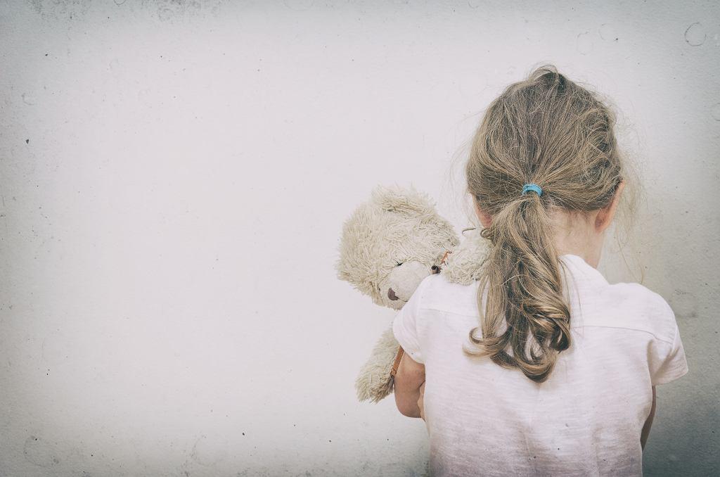 przestraszona dziewczynka