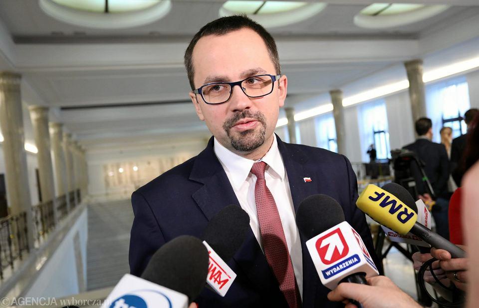 Poseł PiS Marek Horała podczas rozmowy z dziennikarzami