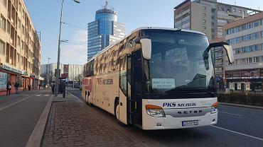 Autobus PKS jadący na lotnisko w Goleniowie