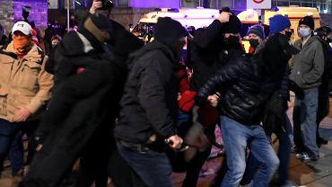 18.11.2020  Warszawa . Policjanci po cywilnemu z palkami teleskopowymi podczas marszu i zgromadzenia na Placu Powstańców Warszawy organizowanego przez Strajk Kobiet.