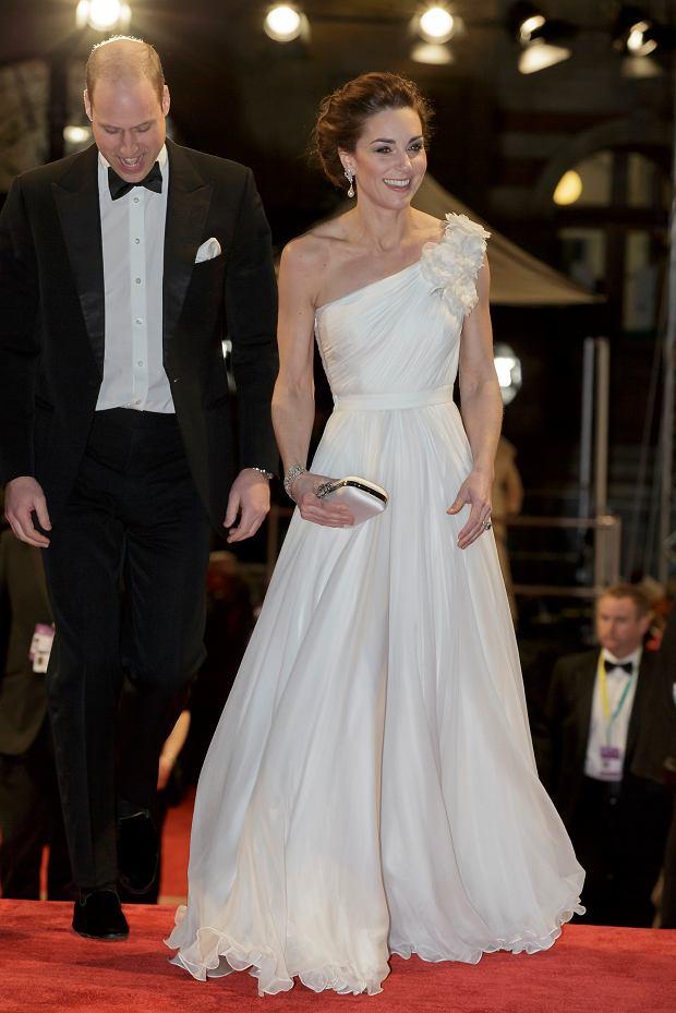 Zdjęcie numer 4 w galerii - Olśniewająca księżna Kate u boku męża na gali BAFTA 2019. W przepięknej, białej kreacji przyćmiła największe gwiazdy