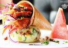 Senoritas: grillowany kurczak w sosie BBQ oraz kremową sałatką coleslaw z jabłkiem w chrupiącym wafelku, na puree ziemniaczanym z bekonem, kukurydzą, serem i arbuzem. - Zdjęcia
