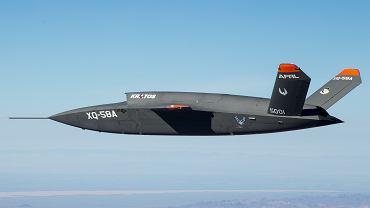 Dron XQ-58A podczas pierwszego lotu testowego