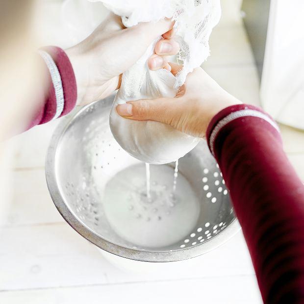 Domowe mleko owsiane, odciskanie masy w gazie