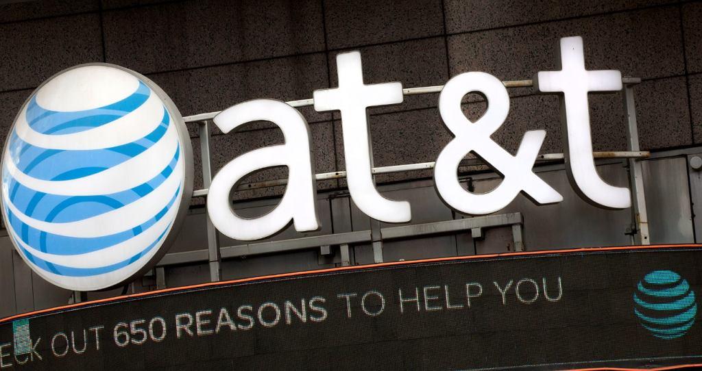 Logo AT&T nad wejściem do budynku spółki w Nowym Jorku