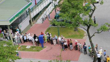 Kolejka emerytów przed częstochowską siedzibą ZUS