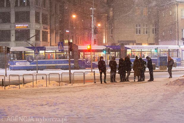 Zdjęcie numer 0 w galerii - Piękny zimowy Wrocław nocą. Tak wygląda miasto zasypane śniegiem [ZDJĘCIA]
