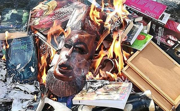 Tam, gdzie płoną książki, będą płonęli ludzie. Za sprawą katolickich księży jesteśmy świadkami zapaści cywilizacyjnej zwiastującej zło