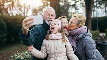 Prezent na Dzień Babci i Dziadka przyniesie radość seniorom. Zdjęcie ilustracyjne