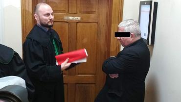 Ksiądz Marian B. (z prawej) ze swoim obrońcą przed salą rozpraw sądu w Wolsztynie
