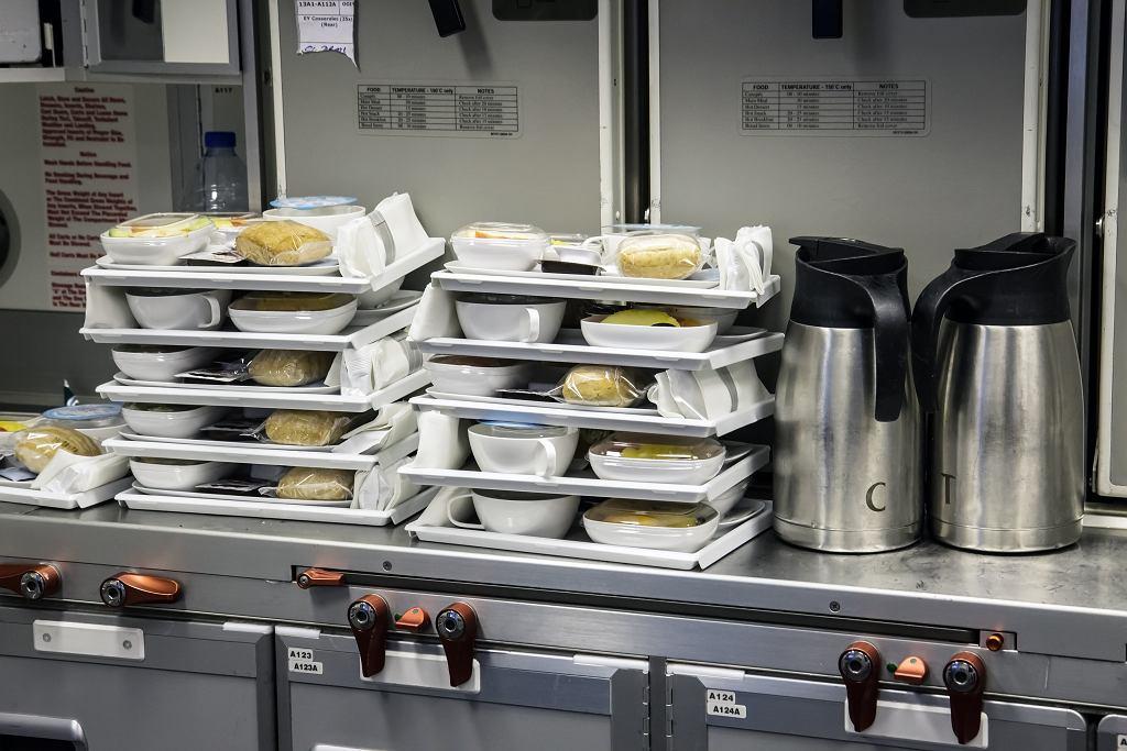 Niskie ciśnienie, suche powietrze i ciągłe buczenie silników, a w przypadku niektórych pasażerów również stres - posiłek w takich warunkach nie będzie dobrze smakował.