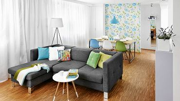 Sofa narożna dzieli pokój na strefy: jadalną i wypoczynkową.