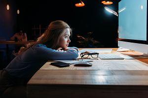 Skończ z rozpamiętywaniem przykrych sytuacji w pracy. Za każdym razem, gdy o nich mówisz, mózg przeżywa je, jakby się znów wydarzyły