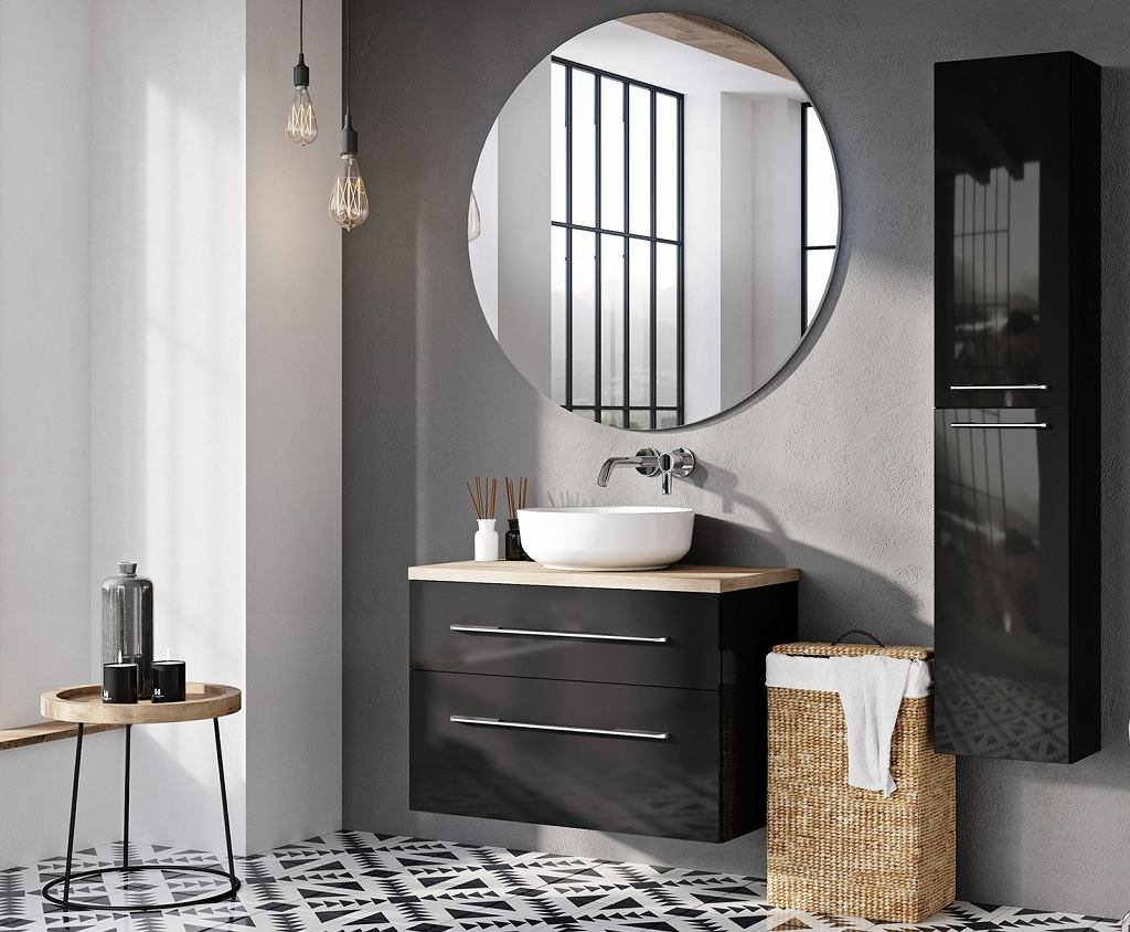 Wiklinowy kosz na pranie w nowoczesnej łazience