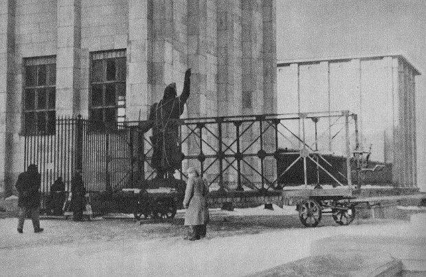 Zdemontowany posąg Jana Kilińskiego przywieziony na teren Muzeum Narodowego