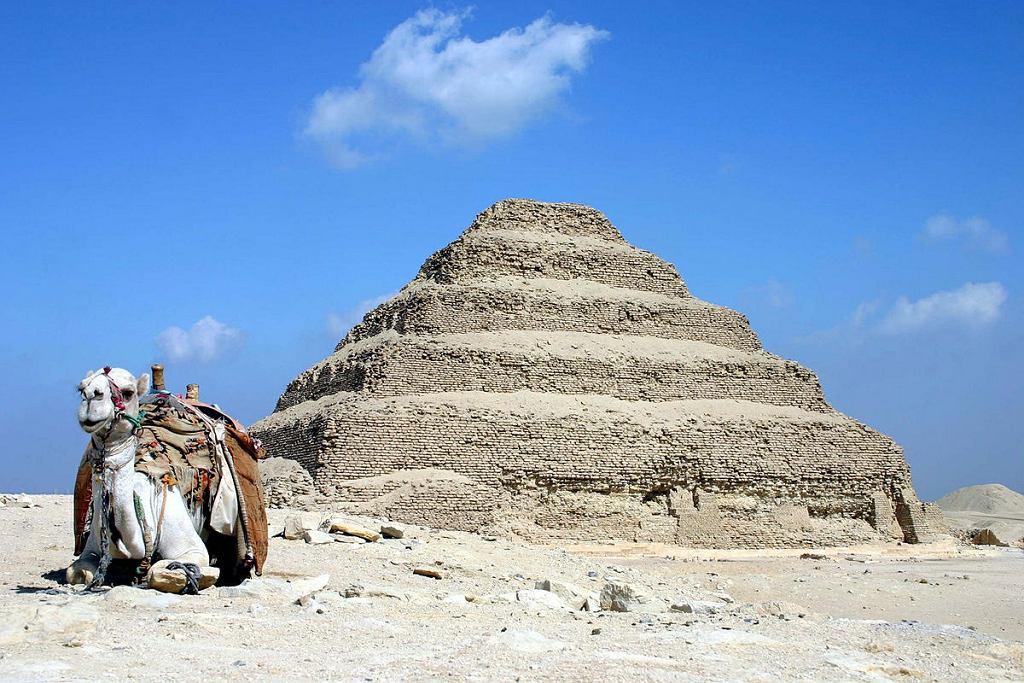 Schodkowa piramida w Sakkarze to jeden z elementów kompleksu grobowego faraona Dżesera. Zaprojektował go i zbudował ok. 2650 r. p.n.e. architekt . Na kompleks oprócz wysokiej na 62,5 m piramidy składają się kaplice i dziedzińce, a całość była otoczona wysokim murem
