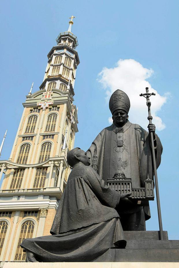 Licheń. Pomnik papieża Jana Pawła II, przed którym klęczy ks. Eugeniusz Makulski