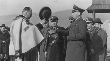 Zakopane, listopad 1939 r. Wacław Krzeptowski wita generalnego gubernatora Hansa Franka. Obaj skończyli podobnie - 20 stycznia 1945 r. Krzeptowskiego akowcy powiesili na smreku na zakopiańskich Krzeptówkach, wykonując wyrok Państwa Podziemnego. Franka 16 października 1946 r. powiesił w Norymberdze amerykański kat, sierżant John C.Woods, wykonując wyrok Międzynarodowego Trybunału Wojskowego w Norymberdze.