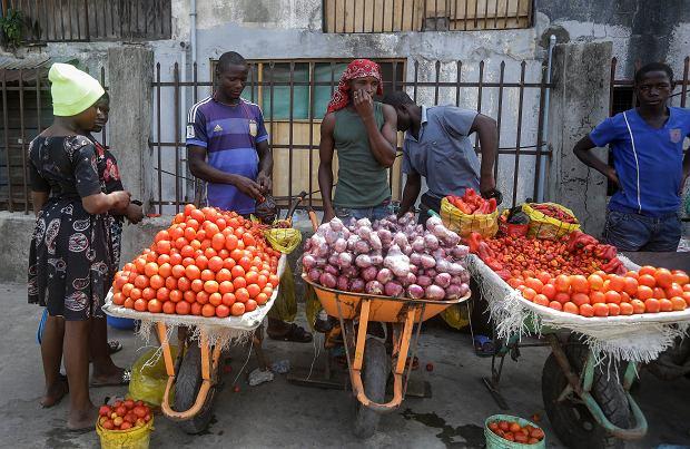 Bazar w nigeryjskim Lagos, 13 kwietnia 2020 r. Eksperci obawiają się, że wprowadzanie ostrych ograniczeń w poruszaniu się w celu walki z koronawirusem może w tym kraju doprowadzić do głodu.