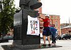 """Częstochowa. Sąd ukarał seniora za baner """"Konstytucja"""" na pomniku Piłsudskiego"""